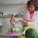 Mitarbeiterin Manuela Emmerich sorgt für einen kleinen Begrüßungssekt.