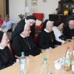 Mehrere Ordensschwestern waren zu der Einsegnung der WG mit angereist.