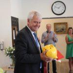Werner Pötter bei der Übergabe des Spenden-Schweines.