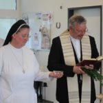 Provinzoberin Sr. Johanna Guthoff und Pastor Karl Kemper beginnen mit der Einsegnung.