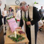 Pastor Karl Kemper segnete auch die Kreuze für die WG.