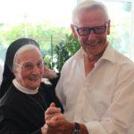 Die Ordensschwester begannen zu tanzen, hier mit Willi Paschedag von der Seniorenband Graue Löwen.